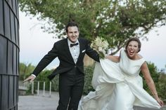 Pareja de novios con mucho viento #wedding #bodas #novios #viento