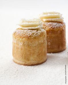 Pour 10 choufflés La pâte à choux Ingrédients -60 gr de lait de coco -25 gr de beurre -50 gr d'œuf (1 œuf) -½ cuillère à café de sucre semoule -1 petite pincée de fleur de sel -35 gr de farine de riz (à défaut, de la farine T55) Déroulé Dans une casserole, portez à… Chefs, Choux Cream, Dessert Restaurants, Mini Desserts, Flan, Meals For One, Granola, Macarons, Plated Desserts