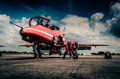 Red Arrow Plane, Airplane Crafts, Air Force Aircraft, Lest We Forget, Royal Air Force, Military Art, Military Aircraft, Arrows, Fighter Jets