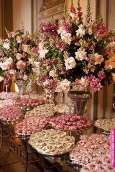 Bridal shower: a mix of flowers + desserts. Wedding Centerpieces, Wedding Table, Wedding Decorations, Desert Table, Candy Table, Wedding Desserts, Decoration Table, Wedding Designs, Floral Arrangements