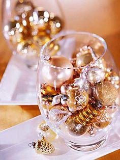 Como transformar vasos em arranjos de flores para decoração de natal e ano novo.  http://www.dicasdeartesanatos.com.br/2012/05/como-transformar-vaso-arranjo-de-flor.html#