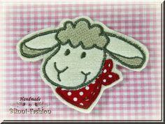 """Schäfchen """"Lina""""    Niedliches kleines Schaf mit rotem Halstuch gestickt und appliziert auf Filz.    Du hast die Wahl ob es nach rechts oder links sch"""