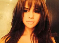 Selena channeled British model and actress Suki Waterhouse in her newest selfie, where she shows off her new haircut -- complete with bangs! Do you love her new look? Selena Gomez first teased her . Source by escela Selena Gomez Bangs, Selena Selena, Selena Gomez Pony, Selena Gomez Pelo Corto, Celebrity Bangs, Celebrity Haircuts, Celebrity Selfies, Selena Gomez Flequillo, Hair Trends
