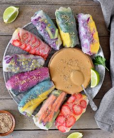 Vegan summer rolls - a healthy and gluten free recipe. These rice paper rolls are often called spring rolls. They are filled with glass noodles and veggies Vegan Finger Foods, Vegan Foods, Dessert Sushi, Blueberry Oat Bars, Gluten Free Recipes, Vegan Recipes, Rainbow Roll, Smoothie Vert, Vegan Nachos