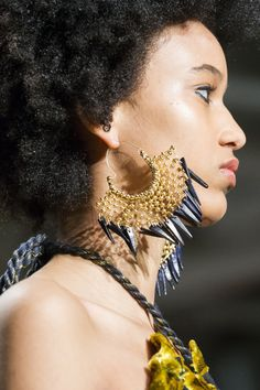 Ulla Johnson at New York Fashion Week Fall 2019 - Details Runway Photos I Love Jewelry, Jewelry Design, Classic Fashion Trends, Little Fashion, Tribal Earrings, Silver Accessories, Love Necklace, African Beauty, Ulla Johnson