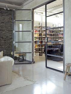 Wat een heerlijk, gezellig en comfortabel huis. De bewoonster, mede-eigenaar van het kledingmerk 10Days, verbouwde een ateliercomplex in Amsterdam tot een prachtige woonplek.  Binnen is er vooral rust