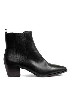 Enkellaarsjes: Een paar enkellaarsjes van imitatieleer. De schoenen hebben bekleed elastiek opzij, een spitse neus, een satijnen voering, een binnenzool van imitatieleer en een rubberen buitenzool. Hak 5,5 cm.