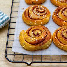 Snakker vi verdens beste kanelsnurrer? Onion Rings, Doughnut, Ethnic Recipes, Desserts, Food, Tailgate Desserts, Deserts, Essen, Postres