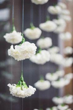 Cortinas de claveles, sencillo y precioso. #BodasClasicas