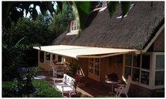 Terras scherm, landelijke stijl. Knikarm.  http://www.zonwering.nl/zonwering/terras-zonwering/knikarmschermen/