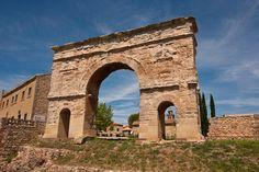 Arco de #Medinaceli: Monumento más característico de esta ciudad, está fechado del siglo I, y es el único arco de triple arcada de la Península.
