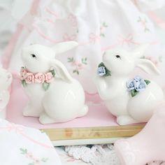 Купить Ceramic белый кролик розовый венок кролики синий маленький кролик с ручной щипать фарфор цветок животных украшения съемки реквизити другие товары категории Статуэтки и Миниатюрыв магазине money money moneyнаAliExpress. кролик очарование и кролик брелок