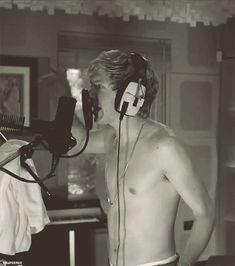 Niall Horan freaking shirtless