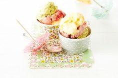 Gelato di Crema Rezept   1 Bio-Zitrone 100 g Erdbeeren 1 Stiel Minze 2 EL (25 g) Pistazienkerne 6 EL Zucker 6 frische Bio-Eigelb 1 frisches Bio-Ei (Gr. M) 350 g Schlagsahne