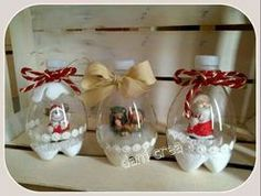 Christmas balls A bottle of clear plastic 2 liters, treasury glitter or brocal prateado- cooperating white Styrofoam base. Cut the bottle into three parts. Separate only the bottom of the bottle (cutting a piece of 5cm) and the upper portion (approximately 12cm). The bottom of the bottle will be the basis of your snow globe. Paste this basis the thick surface of Styrofoam and glue also a miniature Christmas decoration on the globe. Line with Styrofoam balls and set aside.