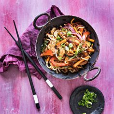 Hoisin-wok | K-Ruoka Wok, Japchae, Pasta, Ethnic Recipes, Red Peppers, Pasta Recipes, Pasta Dishes
