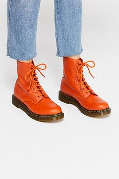 Doc Martens have been in style for almost 60 years, discover what made them so popular. We also discuss how to wear them in style! Dr. Martens, Botas Dr Martens, White Doc Martens, Doc Martens Style, Doc Martens Outfit, Doc Martens Boots, Sock Shoes, Shoe Boots, Baskets