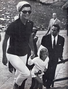 Jackie and her daughter Caroline on vacation at Ravello, Italy. (Scan by jackieandaudrey from the magazine A Salute To Jacqueline Kennedy) Jackie Kennedy Style, Los Kennedy, Caroline Kennedy, Jacqueline Kennedy Onassis, John F Kennedy, Sweet Caroline, Lee Radziwill, Southampton, Familia Kennedy