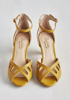 Astonish Heel in Sunflower. Well, youve done it again - turned heads with these rich yellow mid heels by Seychelles! Retro Vintage, Vintage Heels, Retro Heels, Vintage Style, Dream Shoes, Crazy Shoes, Peep Toe Pumps, Pumps Heels, Cute Shoes