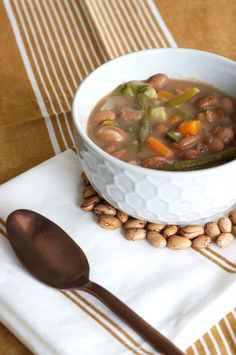 Minestrone d'haricots et légumes  #minestrone #minestra #beans #italie #italianfood #italia #veggie #vegetarians #vegetarianfood #vegetables #legumes #sansgluten #glutenfree #vegan #veganfood #picoftheday #instagood #instafood #foodlovers #pornfood #foodphotography #soupe #lunchtime #zuppa #confortfood