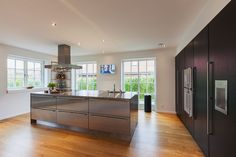 Flotte gulve i et stilet køkken #huscompagniet #inspiration #indretning #husbyggeri #indretning #nybyg #husejer #nythus #typehus #køkken