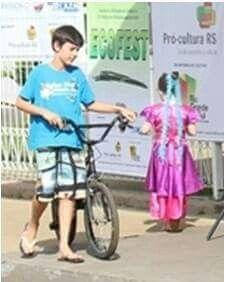 O Bê  e sua velha e fiel companheira...sua bicicleta...a quem ele carinhosamente  deu o nome de LIBERDADE...😔😔.     A última  festa, o Carnaval  de 2014, 33 dias depois nosso Bê  foi levado para uma viagem sem volta. By Tania Mate