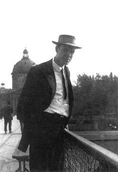 """Hopper - Photo Edward Hopper in Paris, 1907  In Paris: """" The light is Different from anything I had known. The Shadows luminous, more reflected light… Even under the bridges there was a certain luminosity!""""  Before he went to France, Hopper mostly painted small, dark oils. During his trips to Paris he began to do larger works with brighter, less saturated colors."""