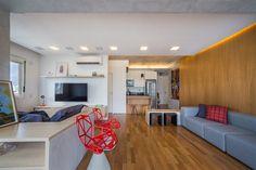A marcenaria, desenhada pelos arquitetos do Casa 100 Arquitetura, economiza espaço e deixa os ambientes prontos para receber
