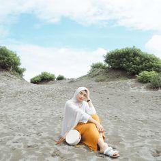 foto pertama gaya pusing🦋🌈 Beach Photography Poses, Fashion Photography Poses, Beach Poses, Instagram Beach, Foto Instagram, Hijab Fashion Summer, Women's Fashion, Muslim Fashion, Modest Fashion