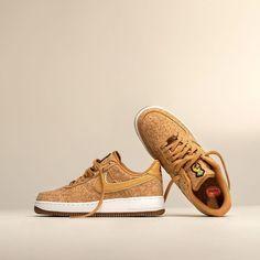 RELEASE 09:00 uur 🍍💛 De Nike Air Force 1 '07 Premium 'Happy Pineapple' prachtig uitgesproken: de Swoosh en hak van gemaakt van bladvezels van ananas. Zeldzaam: een bovenwerk van kurk met een gouden ondertoon voor een unieke look. Scoor ze hier ➞ Air Force 1, Nike Air Force, Sneakers, Shoes, Tennis, Slippers, Zapatos, Shoes Outlet, Sneaker
