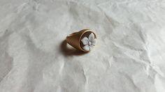 Ehi, ho trovato questa fantastica inserzione di Etsy su https://www.etsy.com/it/listing/259103766/flower-cameo-ring-handmade-shell-cameo
