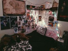 Love the wall aesthetic bedroom Chill Room, Cozy Room, Room Ideas Bedroom, Bedroom Decor, Grunge Bedroom, Retro Room, Tumblr Rooms, Indie Room, Room Goals