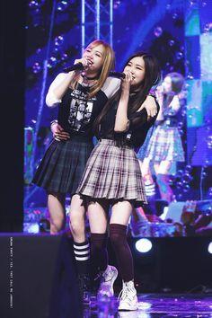 Blackpink Lisa and Rosé Kpop Girl Groups, Korean Girl Groups, Kpop Girls, Forever Young, K Pop, Divas, Jennie Blackpink, Blackpink Jisoo, Shows