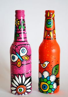 repainted and recycled beer bottle as vases or for by Indybindi (Bottle Painting Ideas) Empty Wine Bottles, Wine Bottle Art, Bottles And Jars, Beer Bottle Crafts, Diy Bottle, Painted Glass Bottles, Painted Wine Glasses, Bottle Painting, Hand Painting Art