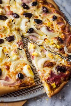 Despite the name Portuguese Pizza, this is a typical brazilian pizza with cheese, ham, black olives, onions and sliced hard boiled eggs!