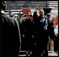 """1956 / Scènes de répétitions pour les acteurs du film """"Bus stop"""" sous l'objectif de Milton GREENE / AUTOUR DU FILM / """"Arrêt d'autobus"""" n'est autre que l'adaptation cinématographique de la pièce de théâtre éponyme créée par William INGE. Elle fut jouée pour la première fois sur les planches du """"Music Box Theather"""" à New York, le 2 mars 1955, et rejouée 477 fois de plus par la suite !  /  Fess PARKER a du refuser le rôle de Bo /  Le personnage de Bo DECKER, campé par Don MURRAY dans le film, a…"""