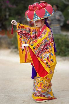 Traditional Okinawa dance. The style of kimono varies in this region.