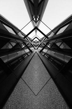 symmetry, reflections on materials TIJD - tijdmachine - van de ene zone naar de . Symmetry Photography, Geometric Photography, Urban Photography, Street Photography, Line Photography, Building Photography, Perspective Photography, Baroque Architecture, Architecture Photo
