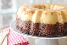 Este pastel conocido como el pastel imposible es mucho más fácil de lo que parece y a todos les encanta.  Consiste de una base de pastel de chocolate y sobre ella un flan.