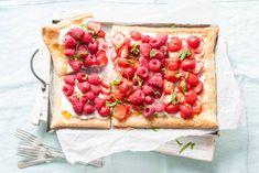 Wát een zomers plaatje deze plaattaart met lemon curd, frambozen en aardbeien! - Recept - Allerhande
