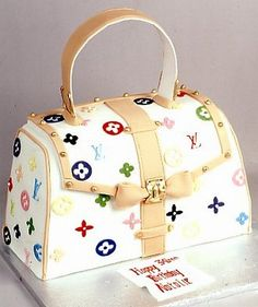 Adorable purse cake. I wouldn't want to eat it !