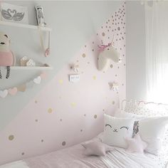 "Kids Kulture på Instagram: ""I just can't get enough of this room by @_harlowsworld_ featuring 2 of our dipped bow hooks and I spy some of her house blocks sitting pretty too. If I didn't have wall paper in Marlowe's room I'd definitely have some of these @rockymountaindecals Those gold spots Head back to @_harlowsworld_ page for full product details #childernsinteriordesign #kidsinspiration #kidskulture #kidsdecor #bows #harlowsworld #wallhooks"""
