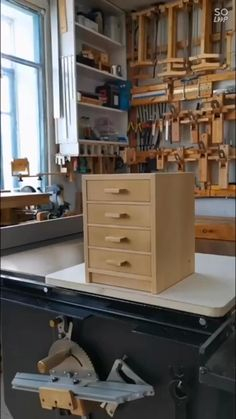 Diy Furniture Plans Wood Projects, Scrap Wood Projects, Woodworking Furniture, Wood Projects For Beginners, Wood Furniture, Easy Projects, Small Woodworking Shop Ideas, Unique Woodworking, Easy Woodworking Projects