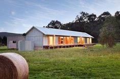 Modern 'Wool Shed' Pays Homage to Iconic Australian Architecture Tonimbuk Modern Farmhouse by Maxa Design (via Lunchbox Architect) Shed Design, Building Design, Building A House, Modern Farmhouse Exterior, Farmhouse Style, Farmhouse Ideas, Style At Home, Le Hangar, Fachada Colonial