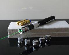 Puntatore laser verde 10mw 5 in 1 è molto potente puntatore laser con 5 stella caps. 5 caps può creare 5 tipi di modelli come la foto mostra.  http://www.puntatorelaser.com/Puntatore-laser-verde-100mW-5-in-1.html