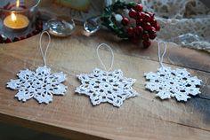 Snowflakes para a árvore de Natal. Em crochet ou frivolité. Engomadinhos, lindo!