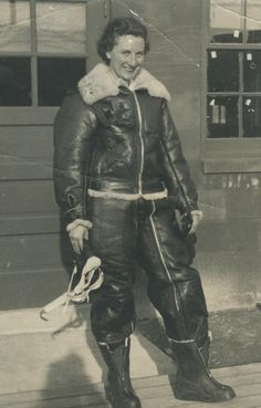 Jerry Hardman (mom) in flying leathers. Likely New Castle Air Field, Wilmington, Delaware. Female Pilot, Female Soldier, Ww2 Women, Aviators Women, Wasp, Luftwaffe, Military History, Us Army, World War Two