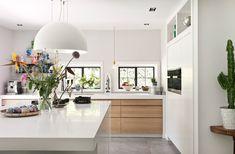Witte keuken met hout