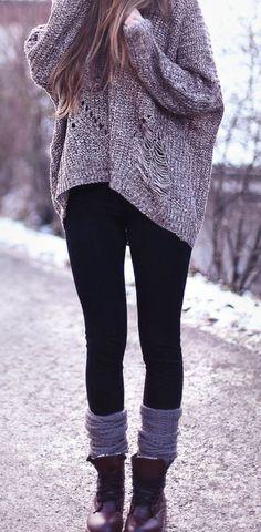 Den Look kaufen:  https://lookastic.de/damenmode/wie-kombinieren/oversize-pullover-grauer-leggings-schwarze-stiefel-dunkelrote-hohe-socken-graue/3913  — Dunkelrote Lederstiefel  — Schwarze Leggings  — Grauer Strick Oversize Pullover  — Graue Hohe Socken #cheapthingsblack
