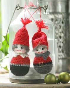 De fine, hæklede nisser med søde detaljer vil også pynte på juletræet